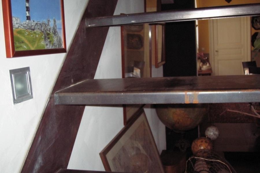 escalier en fer forgé, marche avec plis